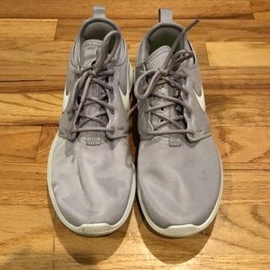 Light gray Nike roches